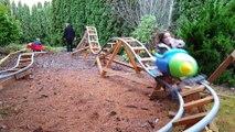 Il a fabriqué des montagnes russes pour ses enfants dans son jardin !