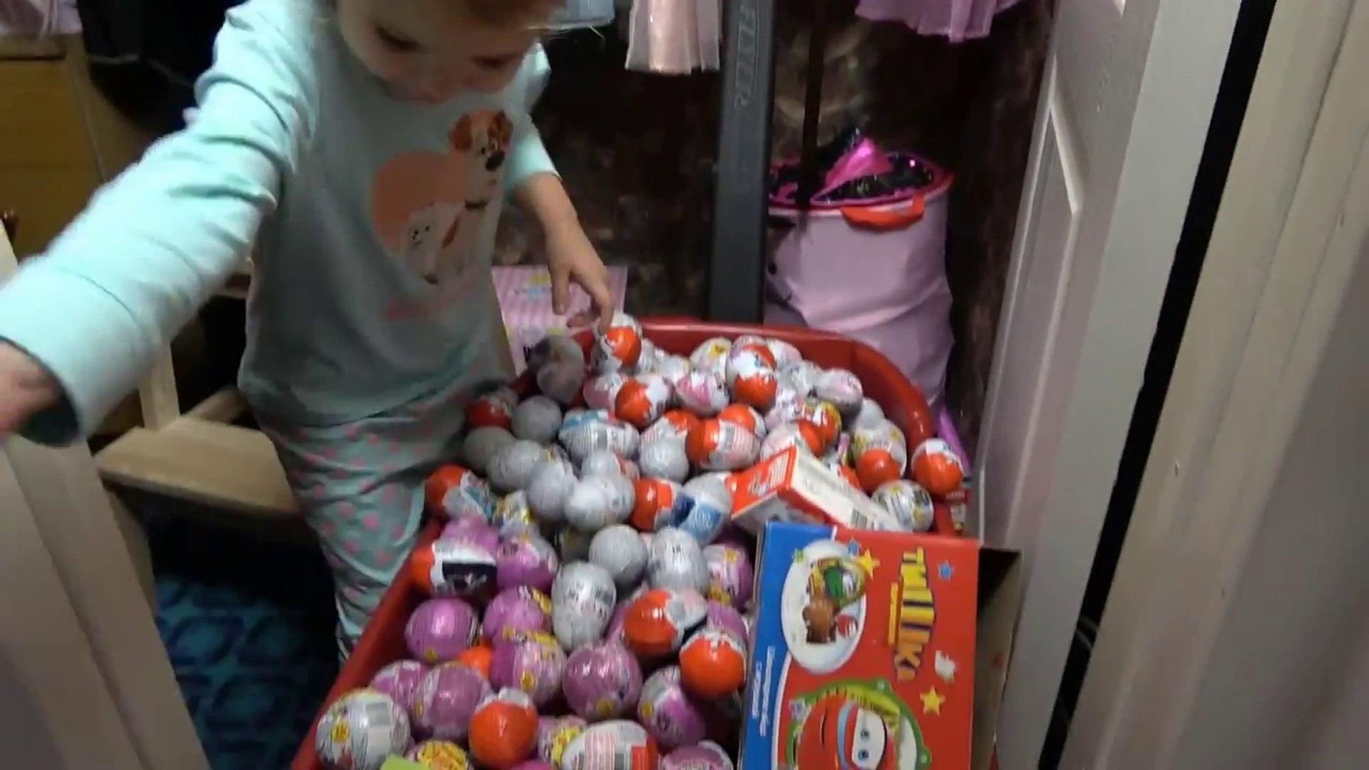 Сотни яиц с игрушками на тележке Макс и Катя ссыпали киндеры у мамы с кладовки 300 Surprise eggs