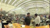 Il teste sa veste pare-balles devant les ouvrières de l'usine