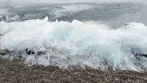 Les vagues qui se transforment en glace sur le Lac Baïkal en Russie