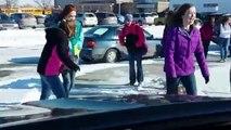 Les enfants qui glissent sur la neige sous les rires de ce père de famille