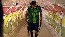 Les joueurs de San Lorenzo entrent sur le terrain avec les maillots de Chapecoense échangés à la fin du match