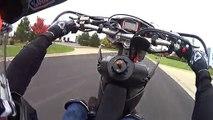 Un motard qui faisait des roues se fait contrôler par un policier vraiment cool