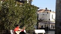Saintes-Maries-de-la-Mer, guitare et chant devant l'église Notre-Dame-de-la-Mer du 9ème siècle