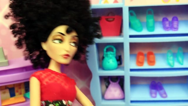 BARBIES FUNNY SHOE PROBLEMS! Frozen Prince Hans & Barbie Shop at Mall Doll Parody DisneyCarToys