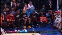 En plein match, LeBron James et Kyrie Irving font unWater Bottle Challenge