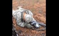 Un instructeur surprend un soldat en train de dormir en plein exercice !