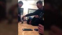 Blague de la scie sauteuse sur un mec qui dort sur une table en bois