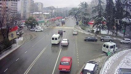 Une voiture éjecte son conducteur puis va se garer toute seule !