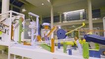 La plus grande machine de Rube Goldberg allume un sapin de noël