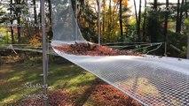 Une trapéziste tombe sur un tas de feuilles mortes