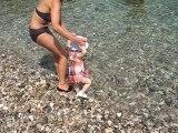 Inès dans l'eau (assez froide) et sur une plage de galets !