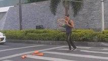 Il semaforo è rosso? ci pensa quest'artista di strada ad allietarvi l'attesa, guarda come!