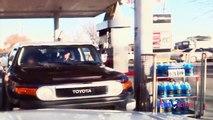 Un carjacker fonce sur une voiture de police et a beaucoup de chance de ne pas s'être fait tirer dessus