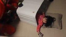 Une enfant se coince dans la machine à laver