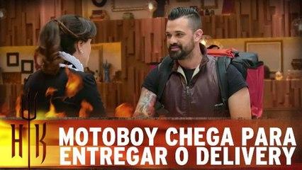 Motoboy chega para receber os pedidos no delivery