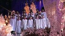 Le public est déjà émerveillé par le chœur des enfants, mais quand la femme ouvre la bouche, c'est extraordinaire !