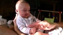 Bebe rigolo de 3 mois qui joue avec les mains !