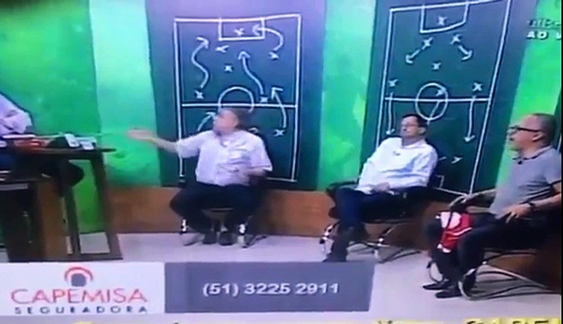 Ex-presidente do Inter acerta soco em jornalista ao vivo