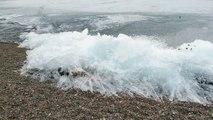 Cette vague de glace avance sur le lac Baïkal en russie...