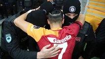Yasin Öztekin célèbre son but et va serrer des policiers dans ses bras