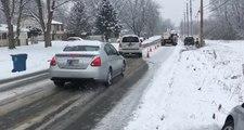 Un technicien stupide se gare au milieu de la route par temps de verglas et provoque des accidents !
