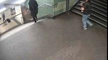 Merdivenden inen kadına yaklaşıp tekme attı