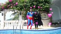 Spiderman Frozen Elsa Anna Blanche Neige vs Maleficent Fun dans la piscine Gym Prank Fun Super-héros dans la vie réelle