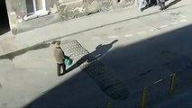 Une personne âgée se casse la gueule sur un dodane