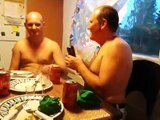 Ivres ces deux mecs se tasent et tombent à la renverse en Russie