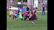 Des filles organisent un match de rugby... en robe de soirée !