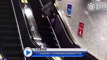 Une femme alcoolisée prend l'escalator...
