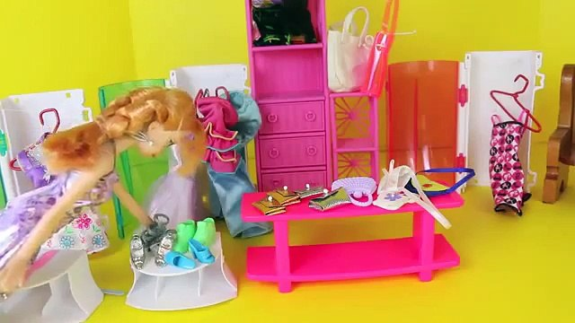 Frozen Elsa and Anna Clothes Shopping Parody Disney Frozen Barbie Dolls Dress Ups DisneyCarToys