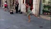 Séduite par le violoniste, une fille(Rima Baransi) danse dans la rue.