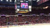 Cet enfant est acclamé par les supporters durant un match de hockey. Trop drôle !