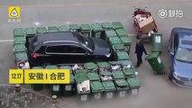 Un balayeur de rue furieux bloque une voiture mal garée avec 40 poubelles à roulettes