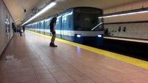 Il arrête et démarre le métro à mains nues.. LOL
