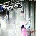 Un homme attaque une femme pour lui voler son sac et va se prendre une grosse raclée !!