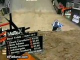 Moto-cascade-saut avec une  motocross-concours de saut