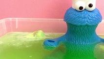 Le monstre qui dévore tout prend un bain avec une énorme boule à bain et avec une surprise