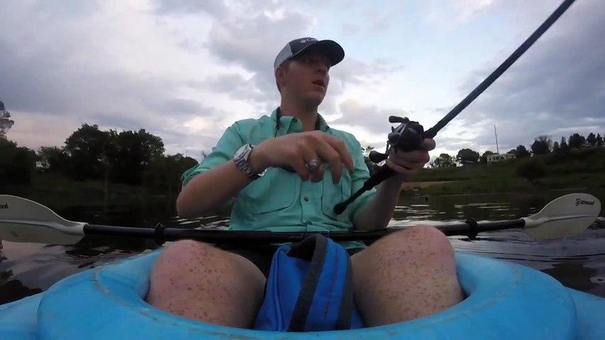 Un pêcheur en kayak a une mauvaise surprise...