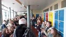700 élèves d'un collège font une haie d'honneur pour le départ en retraite de leur professeur