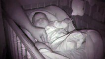 Ce bébé endormi fait des grimaces qui amusent agréablement ces parents