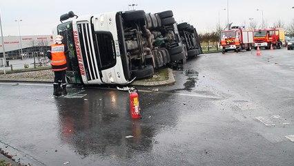 Beauvais : le camion se couche au giratoire Brisson