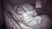 Regardez les grimaces que fait ce bébé endormi... Trop mignon