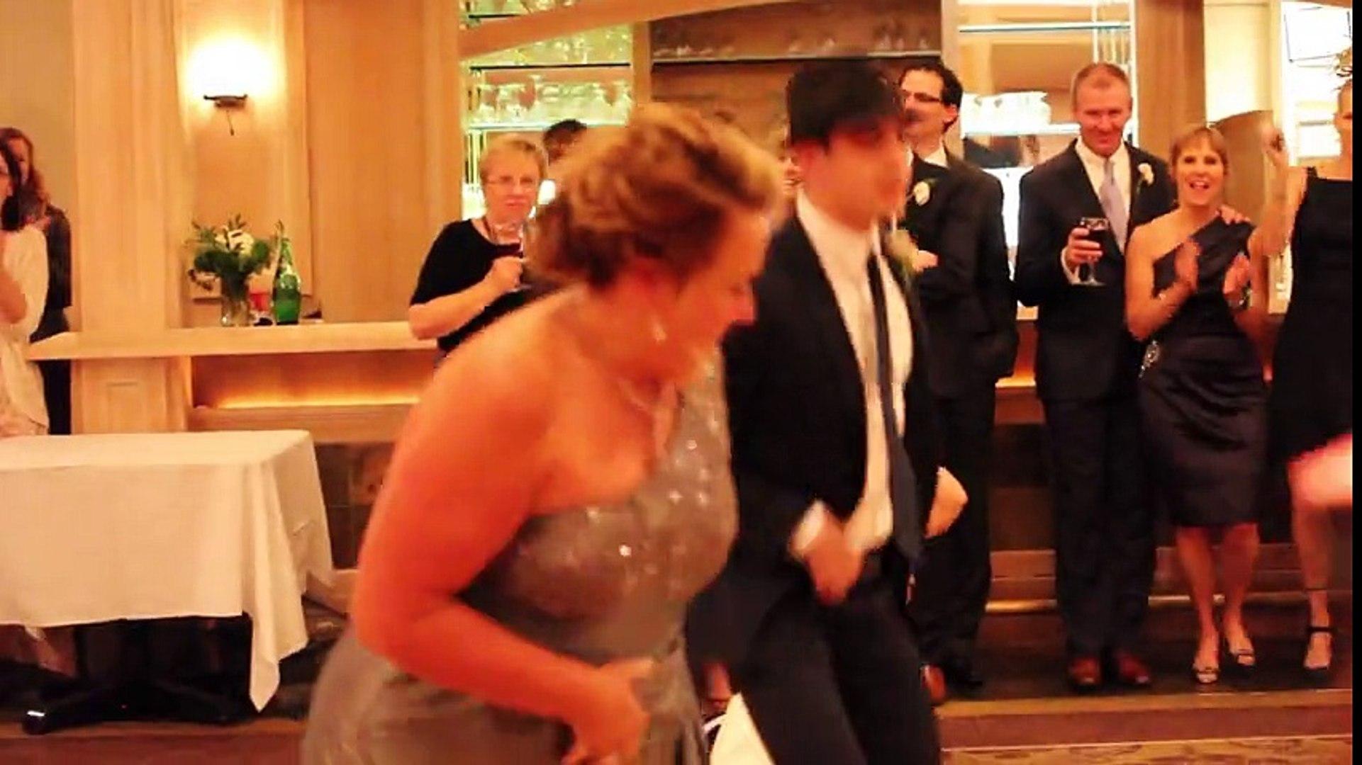 La mère invite le marié à danser avec elle... Leur show est fantastique !