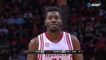 Ce joueur marque des paniers de Basket comme un enfant !