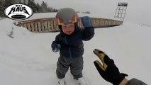 Premier ride en Ski dans la poudreuse à 2 ans pour ce gamin
