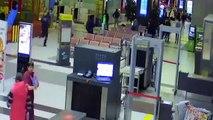 Une voiture folle fait irruption dans un aéroport et sème la panique