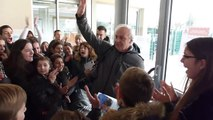 Un Professeur reçoit le plus grand et le plus chaud adieu de 700 étudiants pour son départ à la retraite